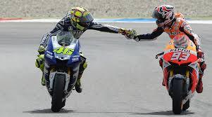 Rossi dóna un cop de peu a Márquez