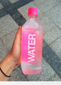 botella-agua-rosa-chicas-hipsters